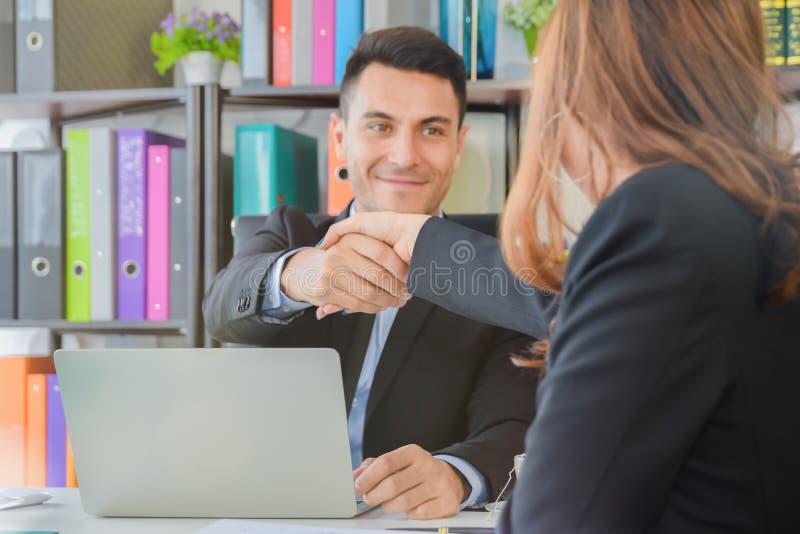 谈判的事务,有商人握手的女实业家满意对工作的成功,享用与工友 库存照片