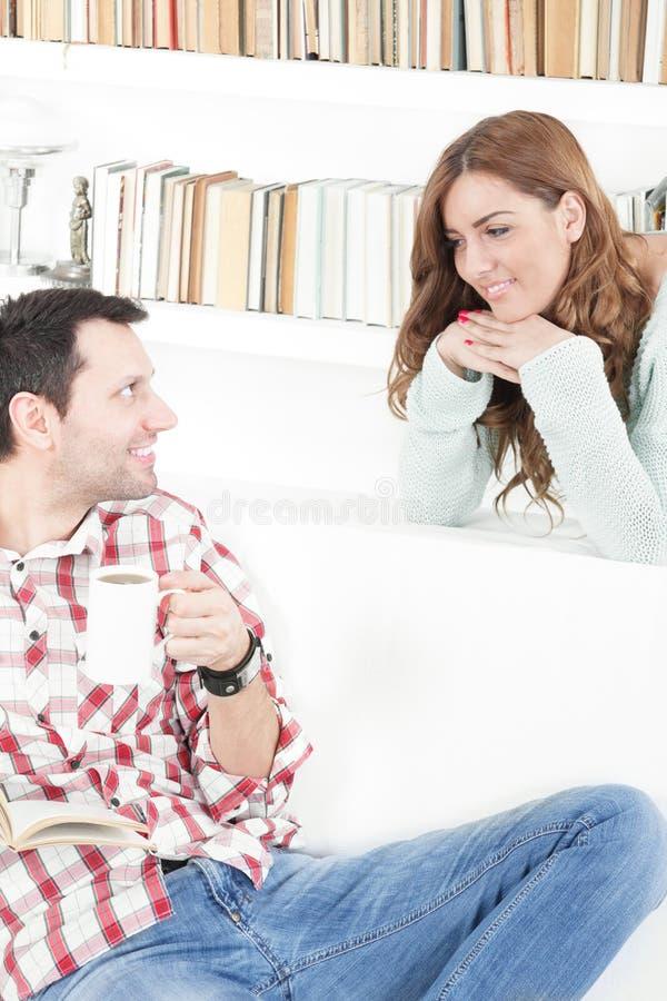 谈的夫妇互相微笑早晨 免版税库存照片