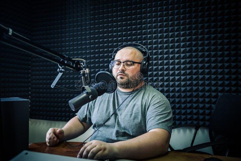 谈的男性无线电赠送者在电台 免版税库存照片