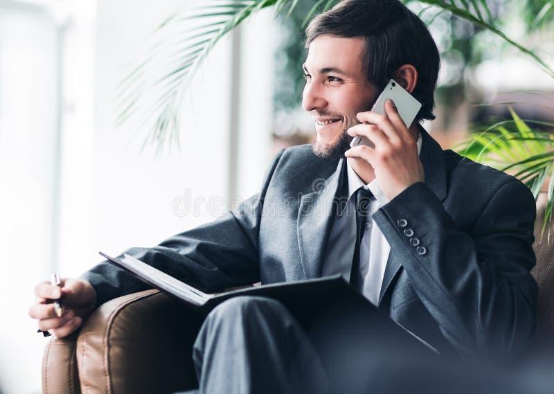 谈确信的商人在办公室电话 免版税库存图片