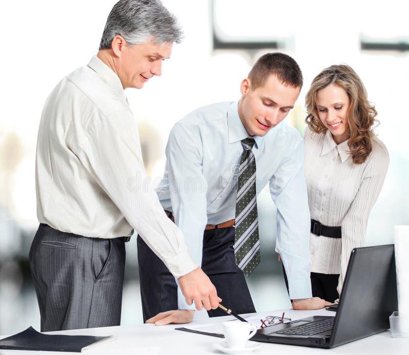 谈论一个小组的商人公司的政策办公室 库存照片