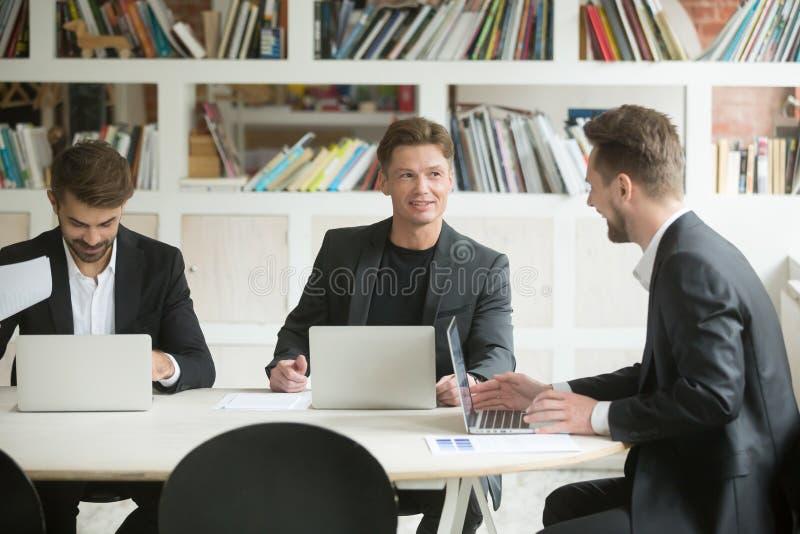 谈论三个男性的同事群策群力和想法 免版税库存照片