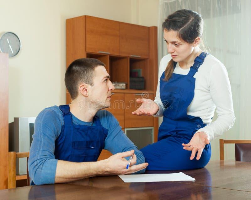 谈论不快乐的工作者财政文件 免版税库存图片