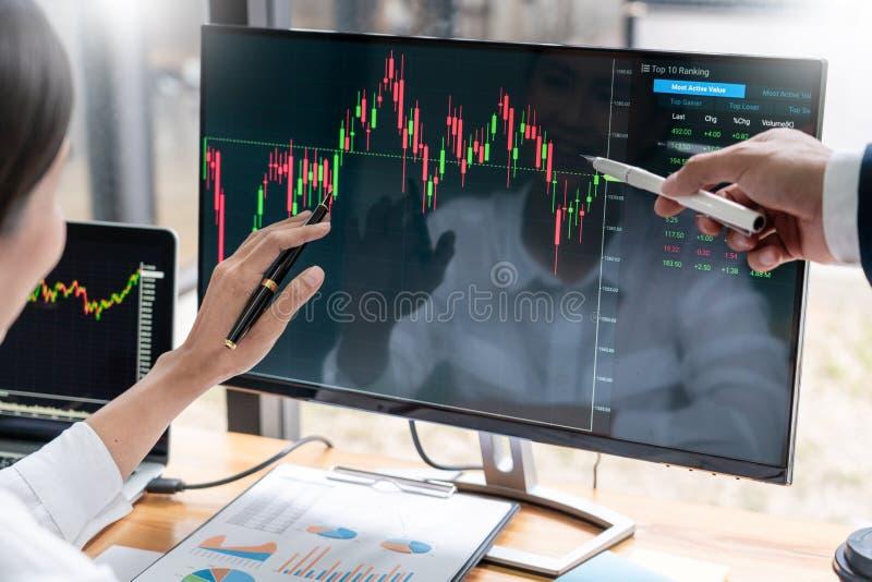 谈论与显示屏分析数据、股票市场贸易的图表和报告投资的股票经纪人队 图库摄影