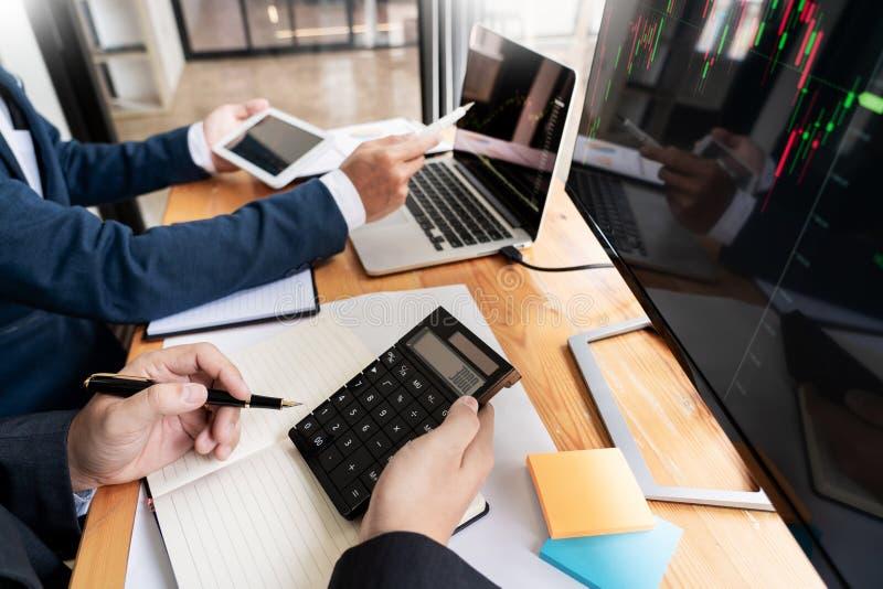 谈论与显示屏分析数据、股票市场贸易的图表和报告投资的股票经纪人队 库存照片
