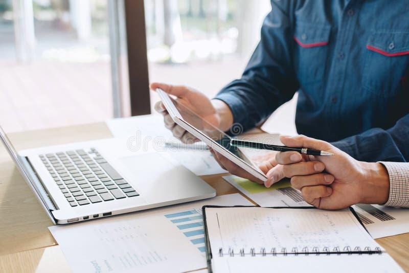 谈论专业公务便装的伙伴想法计划和在遇见工作和分析的介绍项目在工作区 免版税库存照片