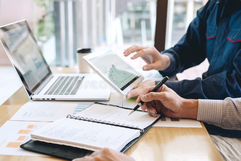 谈论专业公务便装的伙伴想法计划和在遇见工作和分析的介绍项目在工作区 免版税库存图片
