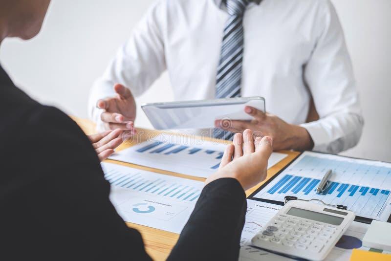 谈论专业的商务伙伴在遇见的想法计划和介绍项目工作和分析在工作区, 库存图片