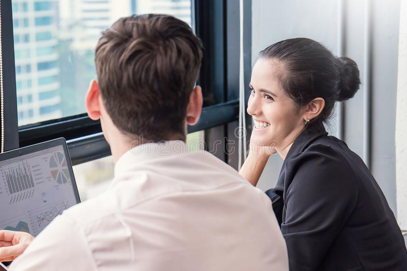 谈论两个企业工作的同事网上会议 免版税库存照片