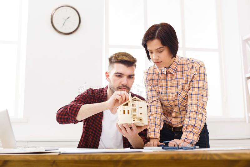 谈论两个的同事建筑项目 免版税库存照片