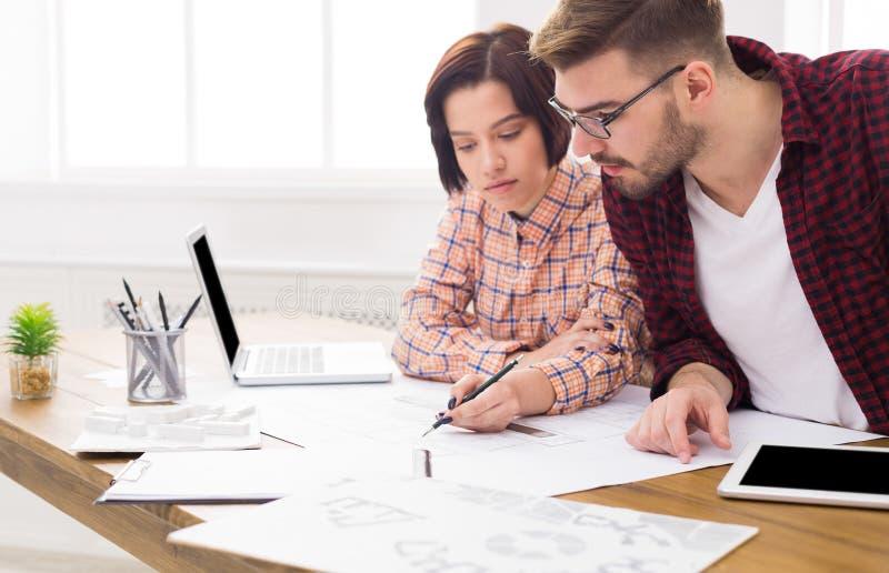 谈论两个的同事建筑项目 免版税图库摄影