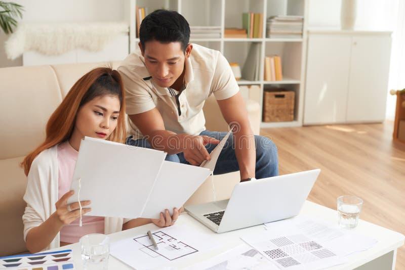 谈论亚洲的夫妇公寓计划 图库摄影