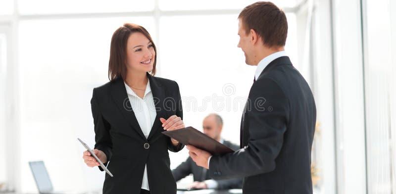 谈论企业的同事工作在办公室发布 库存照片