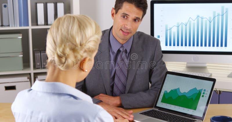 谈论企业的同事销售数据 免版税图库摄影