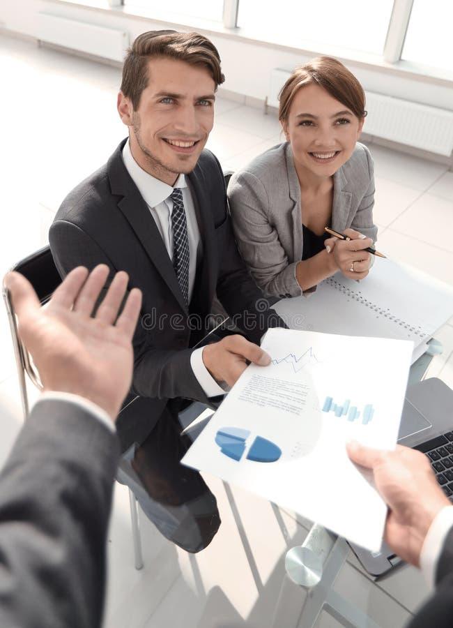 谈论企业的队财务数据 免版税库存图片
