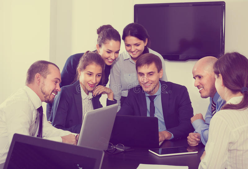 谈论企业项目的工作者在办公室 免版税库存图片