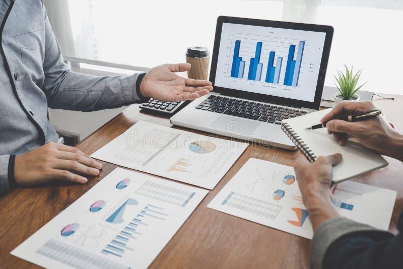 谈论公务便装的经理当前和公司成长项目成功财政统计,职业投资者 图库摄影