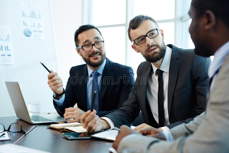 谈论合同细节与商务伙伴 免版税库存图片