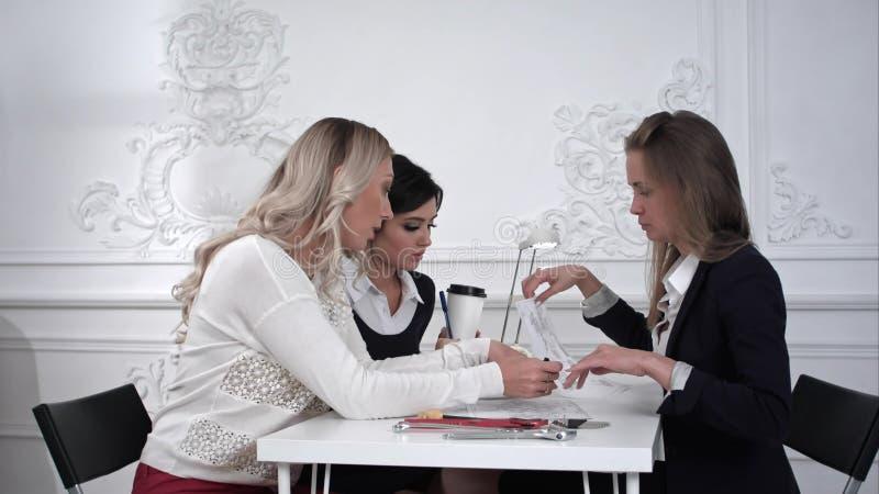 谈论和在会议期间的商人在办公室 免版税库存图片