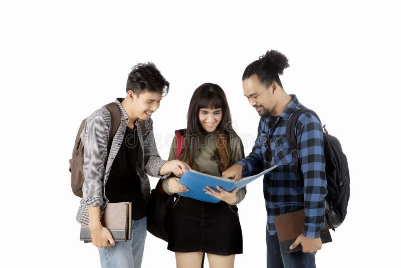谈论多种族的学生家庭作业 免版税库存照片