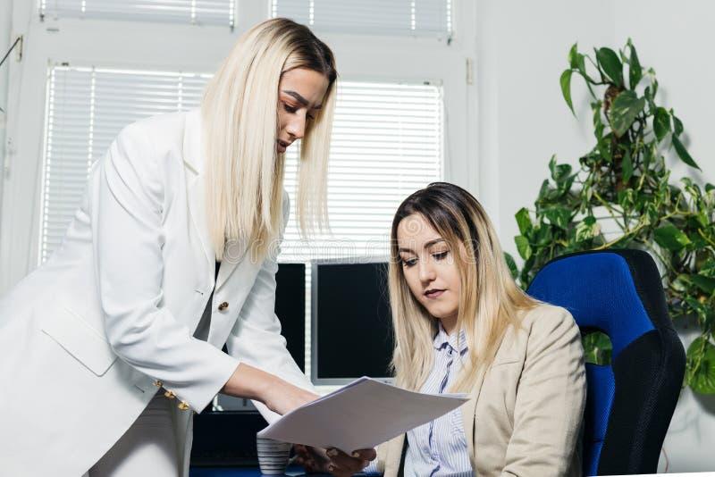 谈论女性的同事文书工作 库存照片