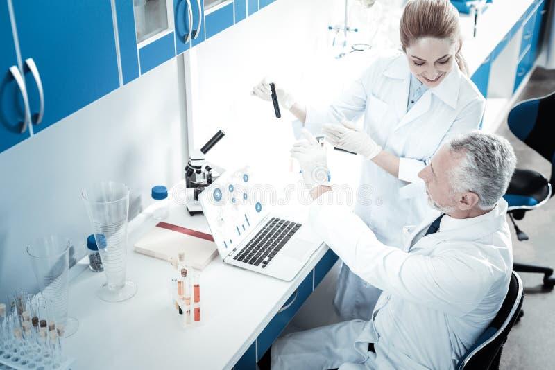 谈论好专业的科学家他们的工作 免版税库存图片