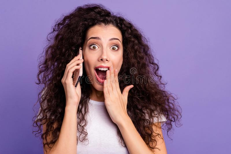谈论好逗人喜爱的可爱的甜迷人的可爱的快乐的爽快有波浪头发的夫人特写镜头画象了不起的新闻 图库摄影