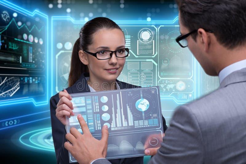 谈论对的商人和的女实业家数据 免版税库存图片