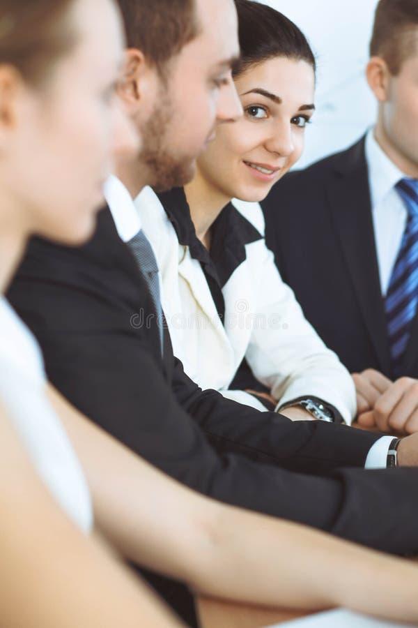 谈论小组的买卖人或的律师合同纸和财政图,当坐在桌上时 特写镜头 免版税库存图片
