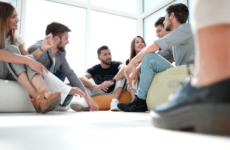 谈论小组的年轻人他们的事务开始  库存照片