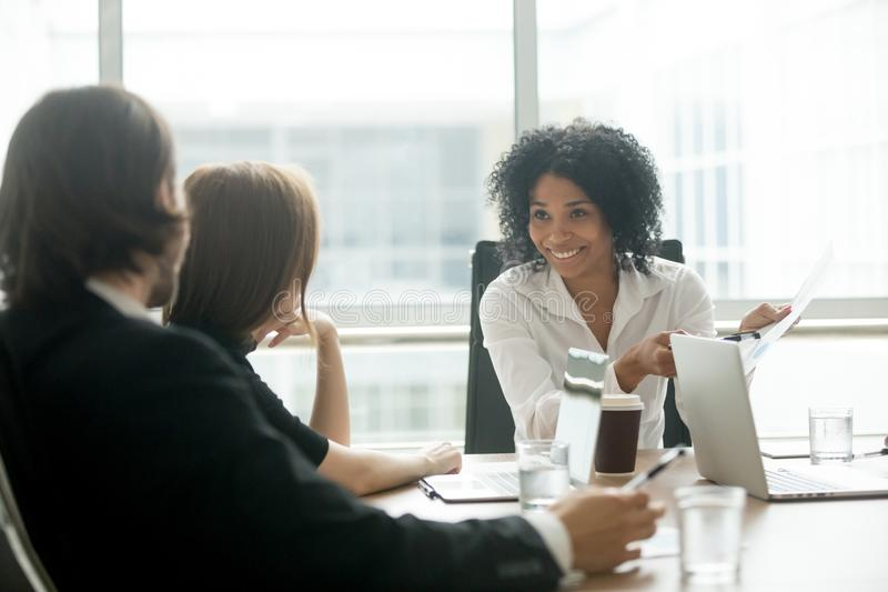 谈论微笑的非裔美国人的女实业家事务docum 免版税库存图片