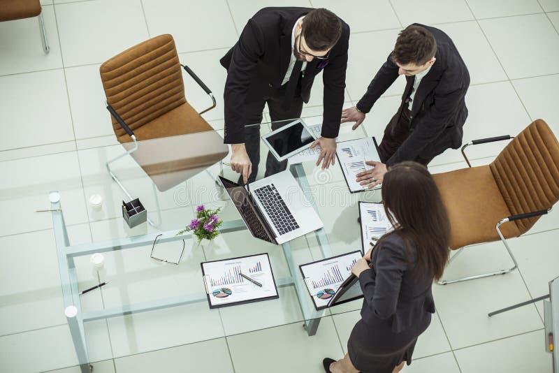 谈论成功的企业的队公司的一个新的财政计划 免版税库存照片