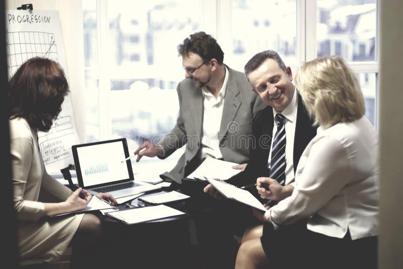 谈论成功的商务伙伴一个新的合同 免版税图库摄影
