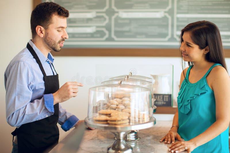 Download 谈论我们的可口产品 库存图片. 图片 包括有 自助餐厅, 蛋糕, 讲西班牙语的美国人, 成人, 有吸引力的 - 59109949