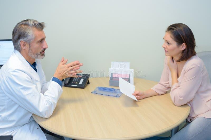谈论的医生和的患者某事 免版税图库摄影
