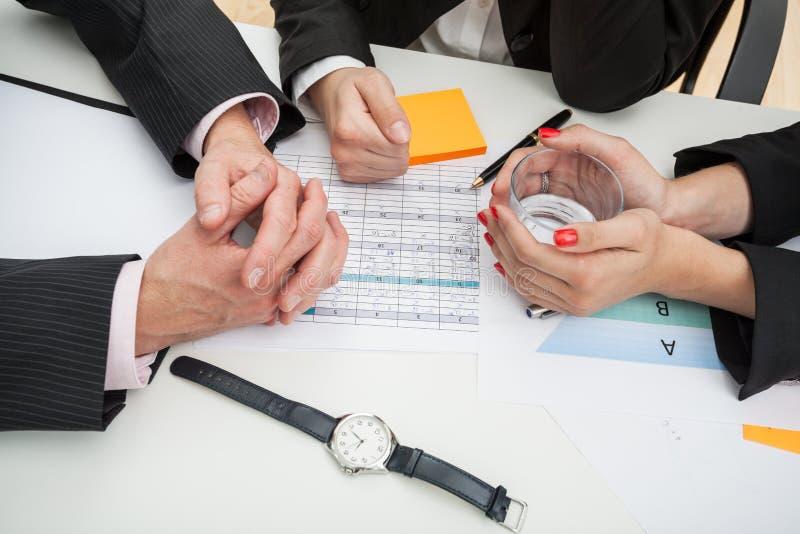 谈论的商人一个新的战略 免版税图库摄影