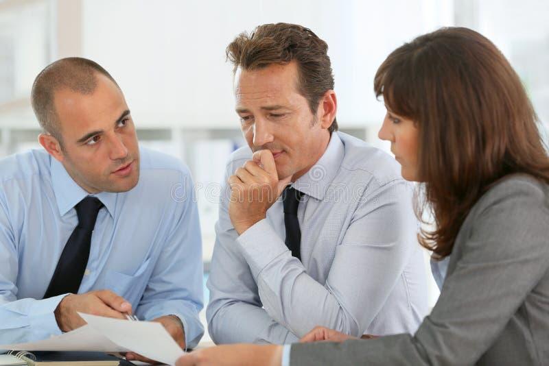 谈论的商人在会议战略 免版税图库摄影