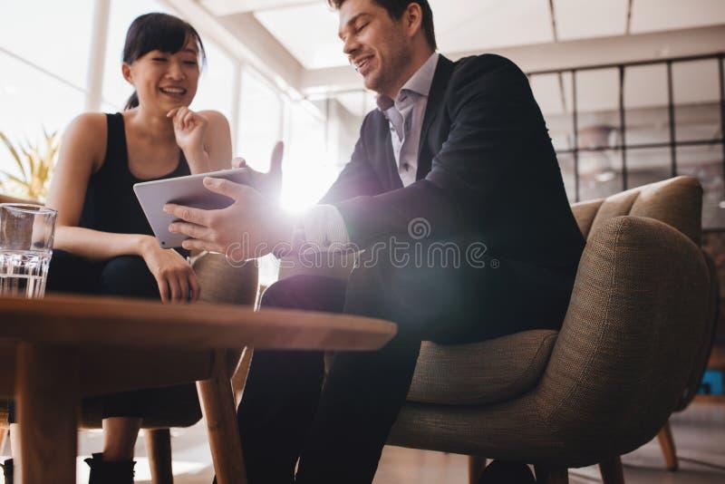 谈论的商人在数字式片剂的项目 免版税库存照片