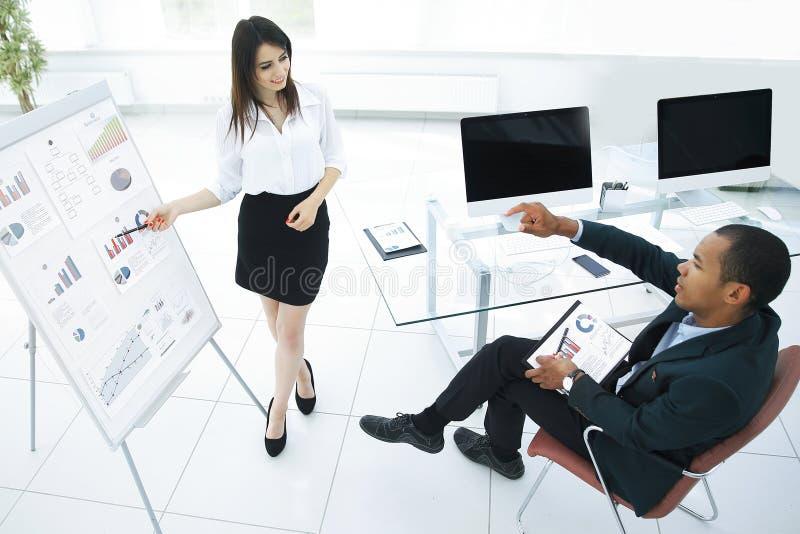 谈论的商务伙伴一个新的财政战略 免版税库存图片
