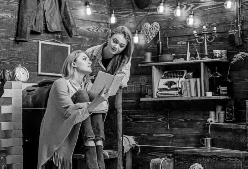 谈论的女孩有趣的书 妈妈和女儿读书古典小说 教她的少年孩子文学的妇女 免版税图库摄影