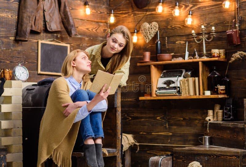 谈论的女孩有趣的书 读古典小说的妈妈和女儿 教她少年孩子文学的妇女 免版税库存照片