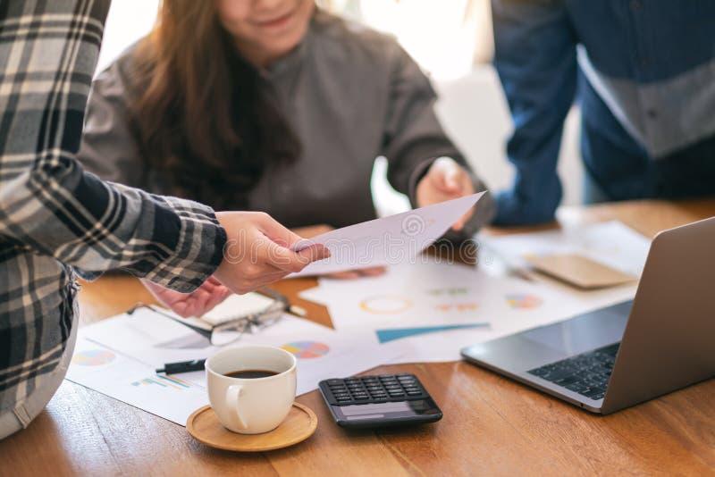谈论的小组商人和事务 免版税库存照片