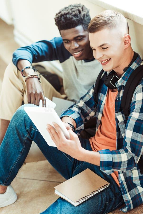 谈论的朋友家庭作业 免版税库存图片
