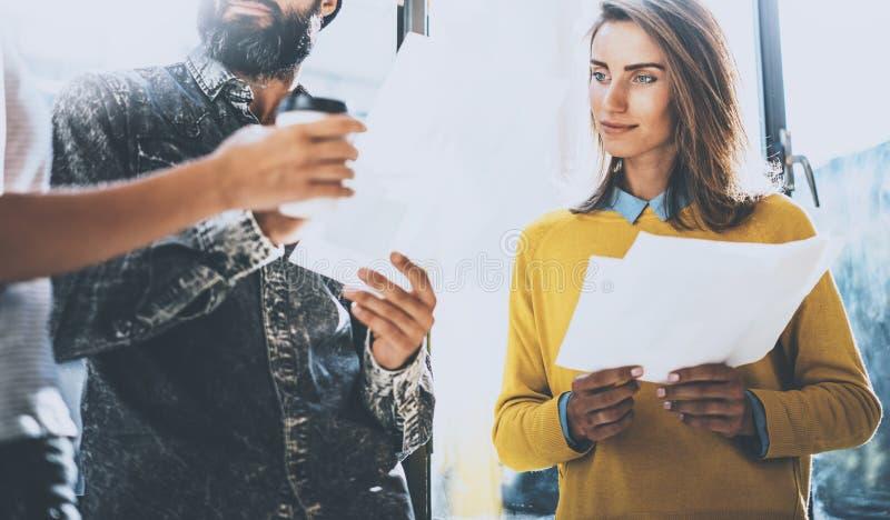谈论的青年人企业ideasin办公室 供以人员拿着本文他的手和谈话与妇女 水平 图库摄影