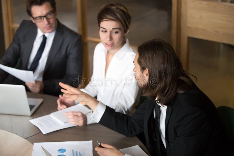谈论行政企业的队谈判或工作发生a 免版税库存图片