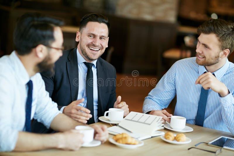 谈论计划和想法在咖啡馆 免版税库存照片
