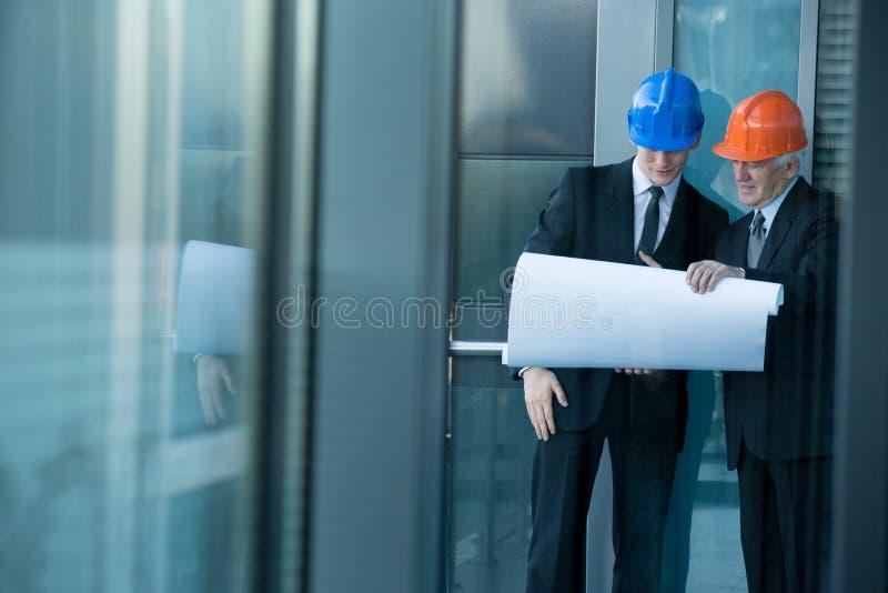 谈论项目的工程师 库存图片