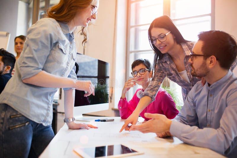 谈论年轻小组的建筑师经营计划 库存图片