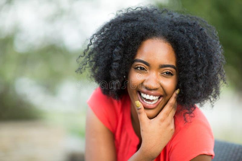 谈话不同种族的小组的妇女笑和 免版税库存照片