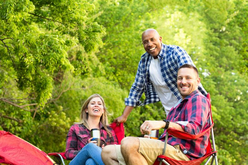 谈话不同种族的小组的朋友笑和 库存照片